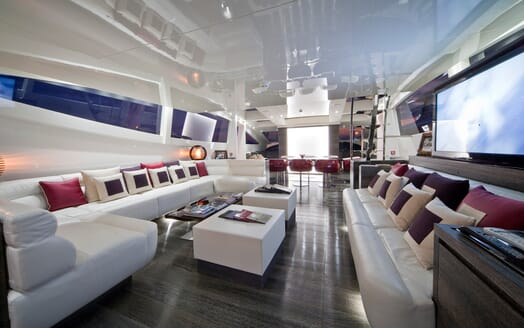 Motor Yacht Toby saloon