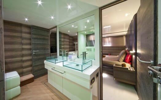 Motor Yacht Toby washroom