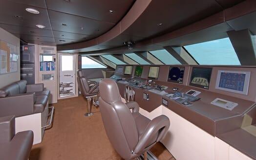 Motor Yacht Burkut bridge
