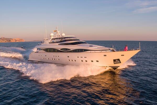 Motor Yacht ALWAYS BELIEVE Profile Underway