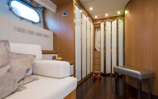 Motor Yacht ALWAYS BELIEVE Dressing Room