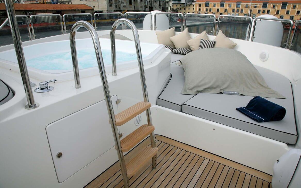 Motor Yacht Satine hot tub
