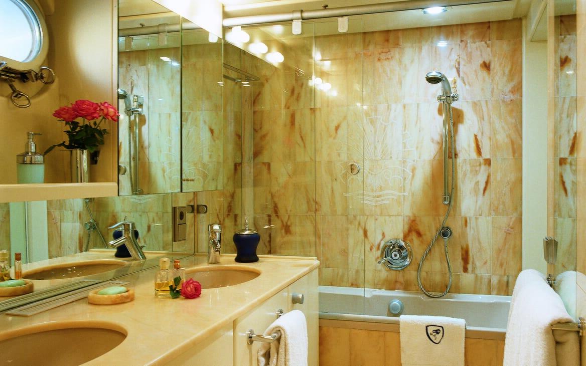 Motor yacht Costa Magna bathroom