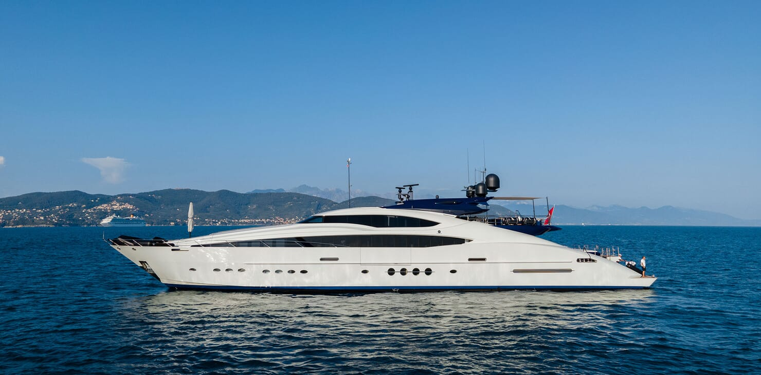 Motor Yacht Siren Underway