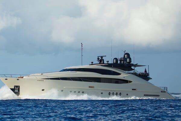 Motor Yacht Vantage running shot