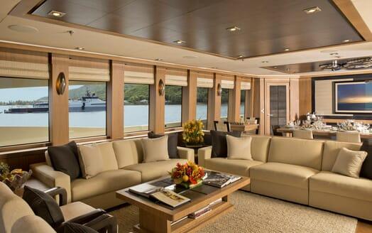 Motor Yacht Vantage saloon