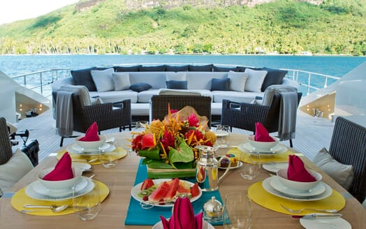 Motor Yacht Vantage al fresco dining