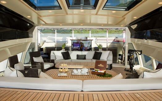 Motor Yacht Vantage main deck