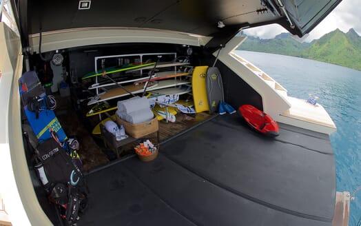 Motor Yacht Vantage toys