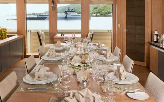 Motor Yacht Vantage dining area