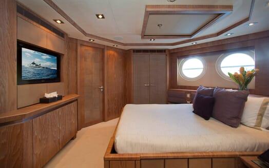 Motor Yacht Vantage VIP cabin