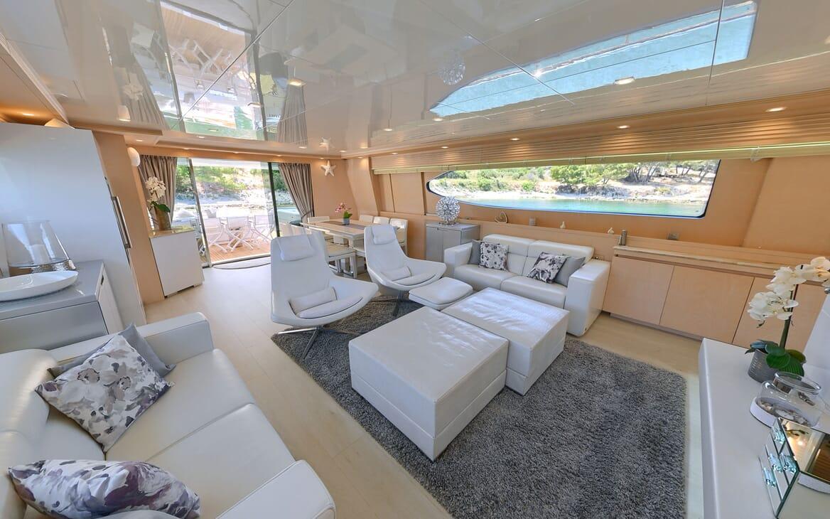 Motor Yacht Tuscan Sun dining area