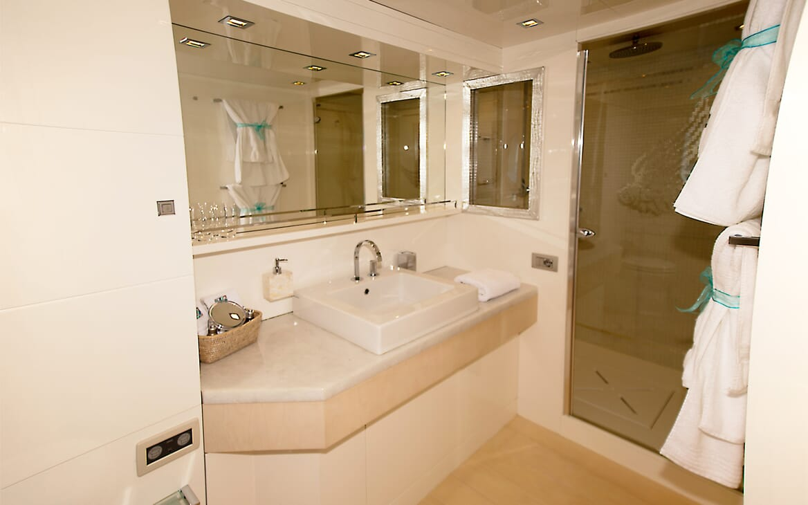 Motor Yacht Tuscan Sun master bathroom
