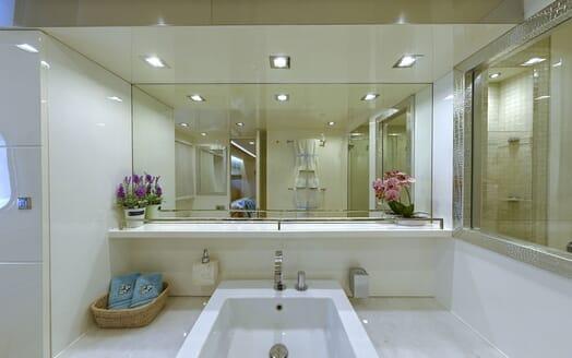 Motor Yacht Tuscan Sun VIP cabin