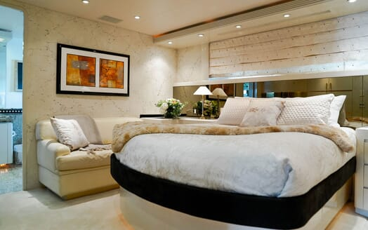 Motor Yacht Invision living area