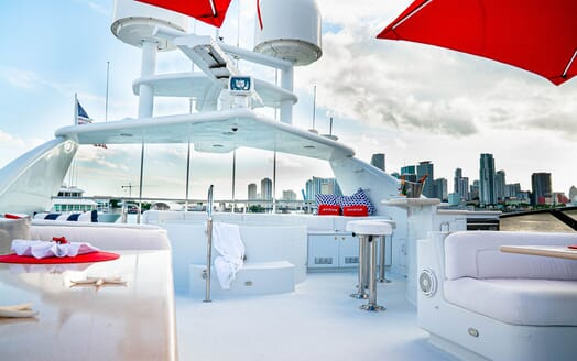 Motor Yachts INVISION Sun Deck Jacuzzi