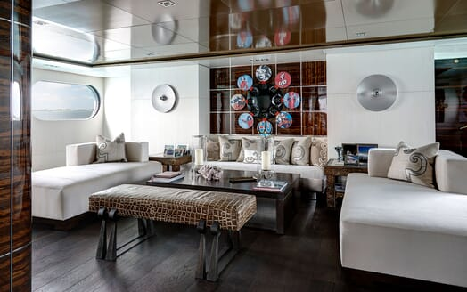 Motor Yacht HIGHLANDER Main Saloon