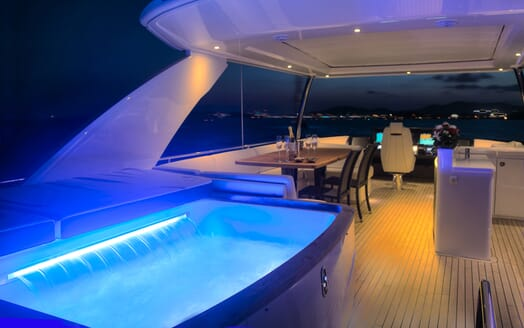 Motor Yacht Samakanda hot tub