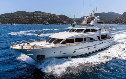 Motor Yacht NEW STAR Profile Underway