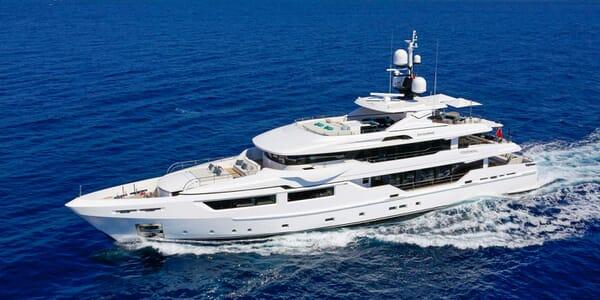 Motor Yacht Entourage running shot