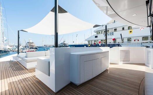 Motor Yacht Entourage sky deck