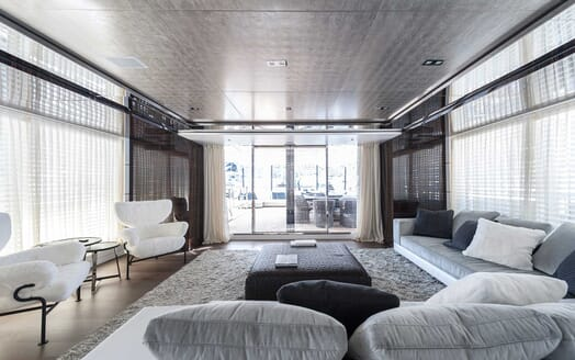 Motor Yacht Entourage main saloon