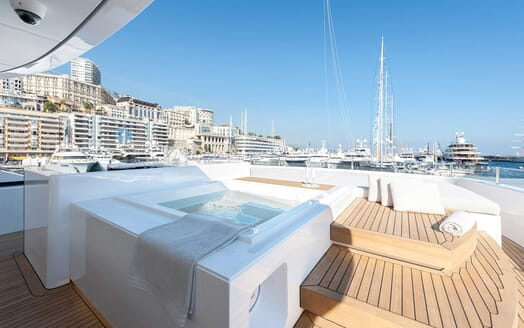 Motor Yacht Entourage hot tub