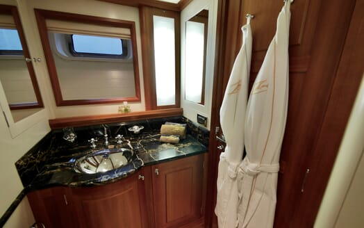 Sailing Yacht Zalmon guest bathroom
