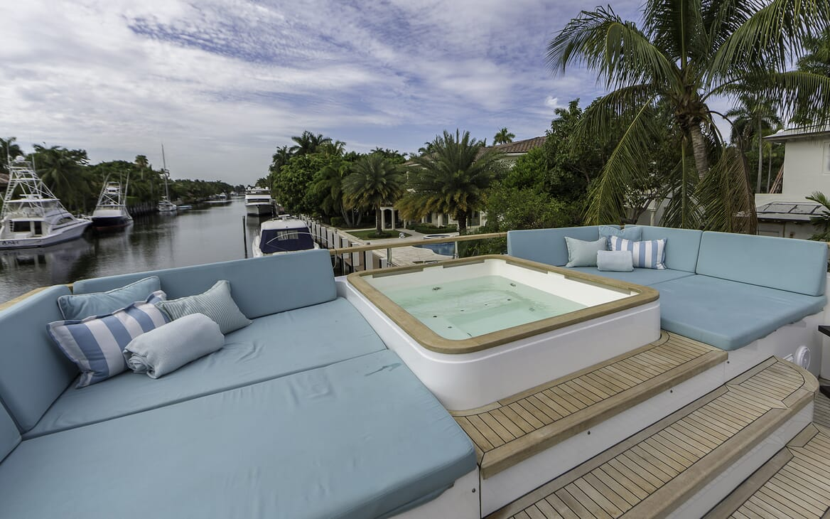 Motor Yacht Cristobal hot tub