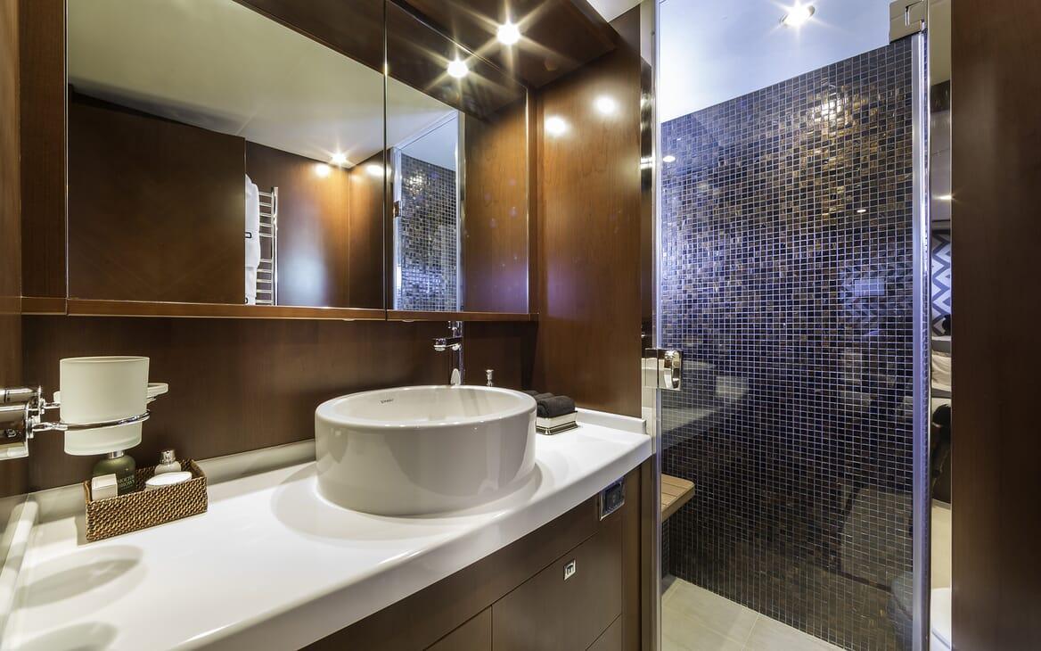 Motor Yacht Cristobal guest bathroom