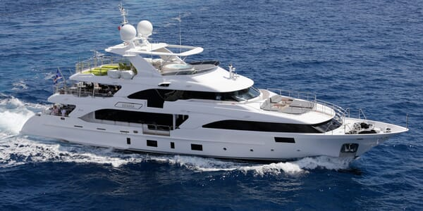 Motor Yacht Edesia running shot