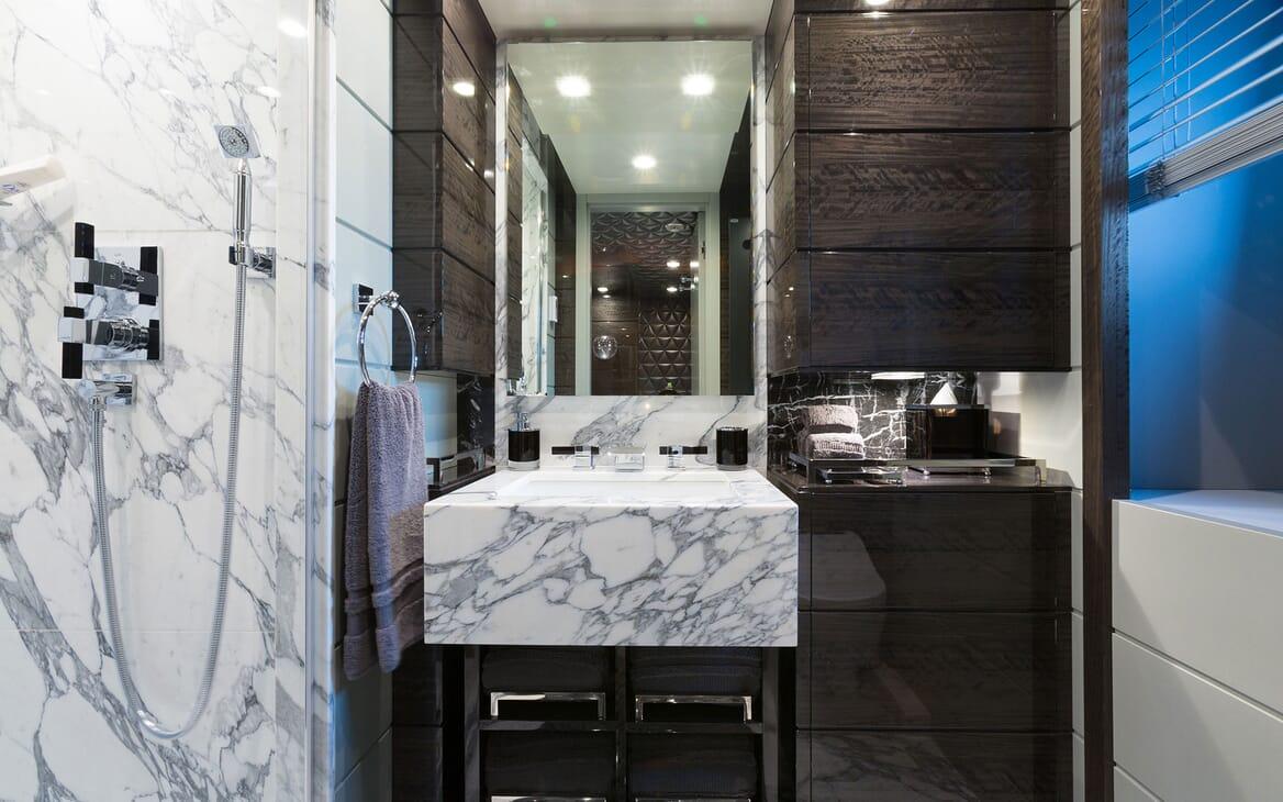 Motor Yacht Edesia bathroom