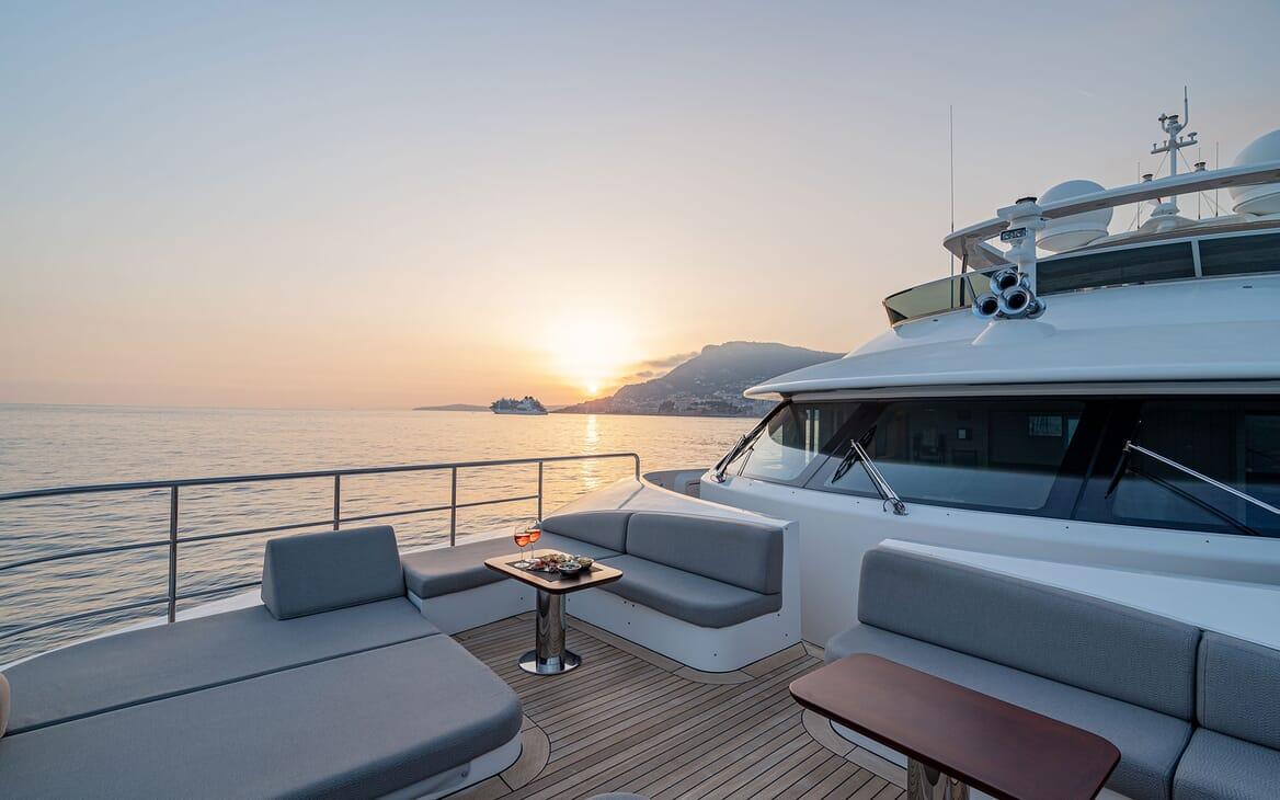 Motor Yacht Edesia hot tub