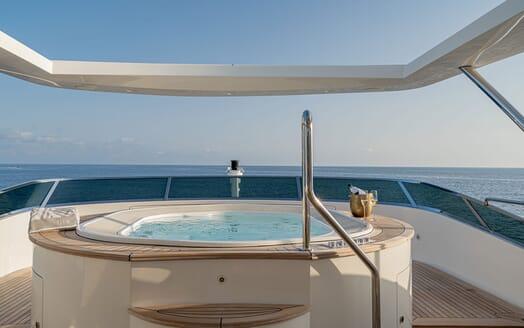 Motor Yacht Edesia cruising