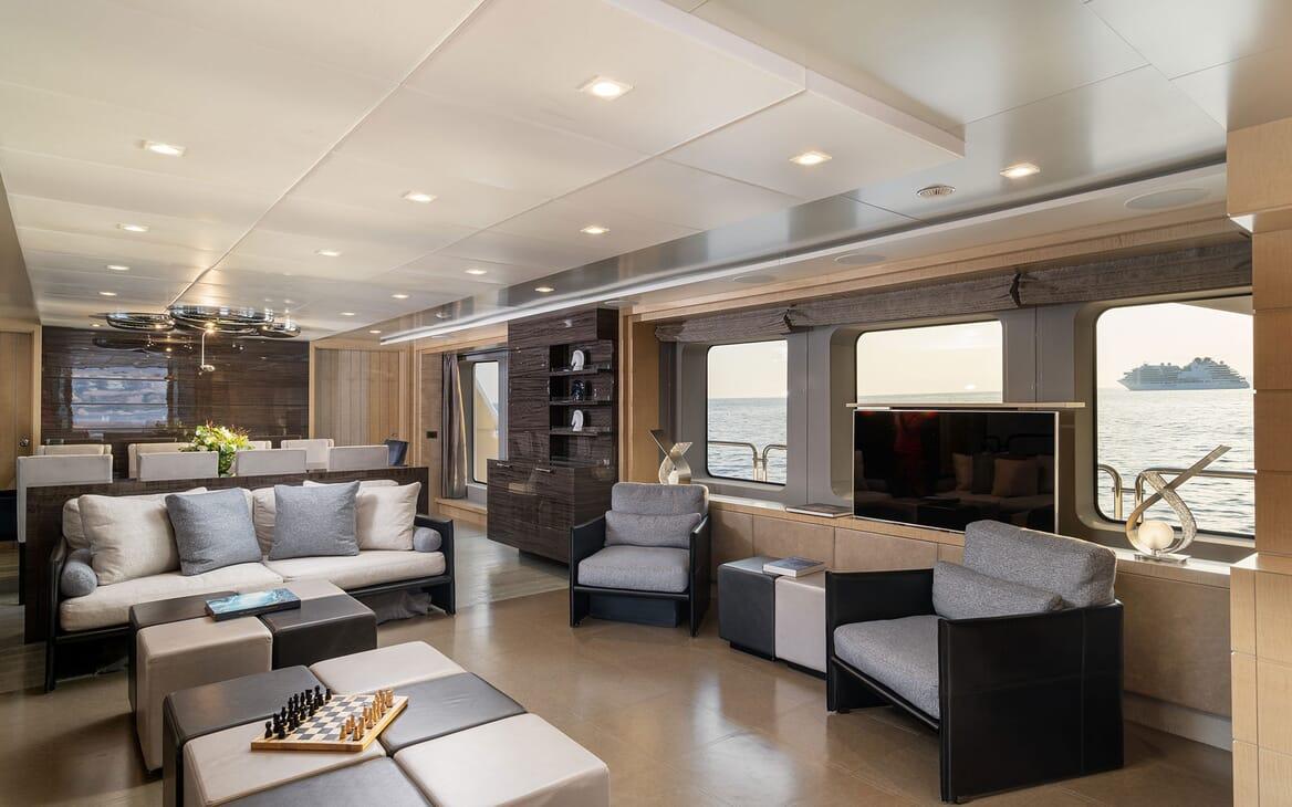 Motor Yacht Edesia dining area