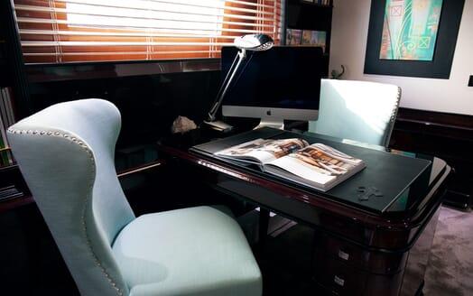 Motor Yacht Indigo Star I Desk