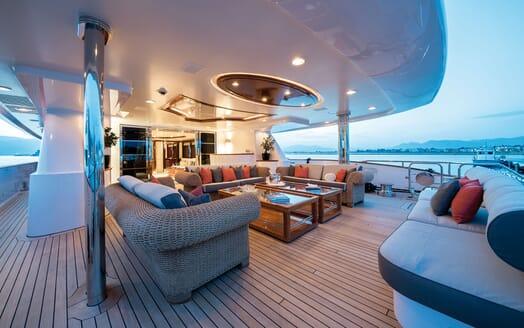 Motor Yacht Magenta M saloon