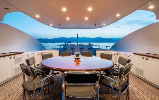 Motor Yacht Magenta M sky lounge
