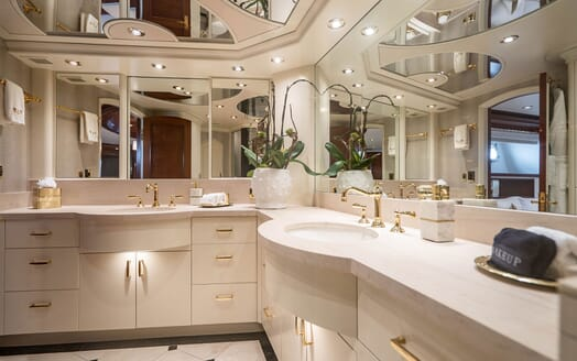 Motor Yacht RISK & REWARD Master Bathroom