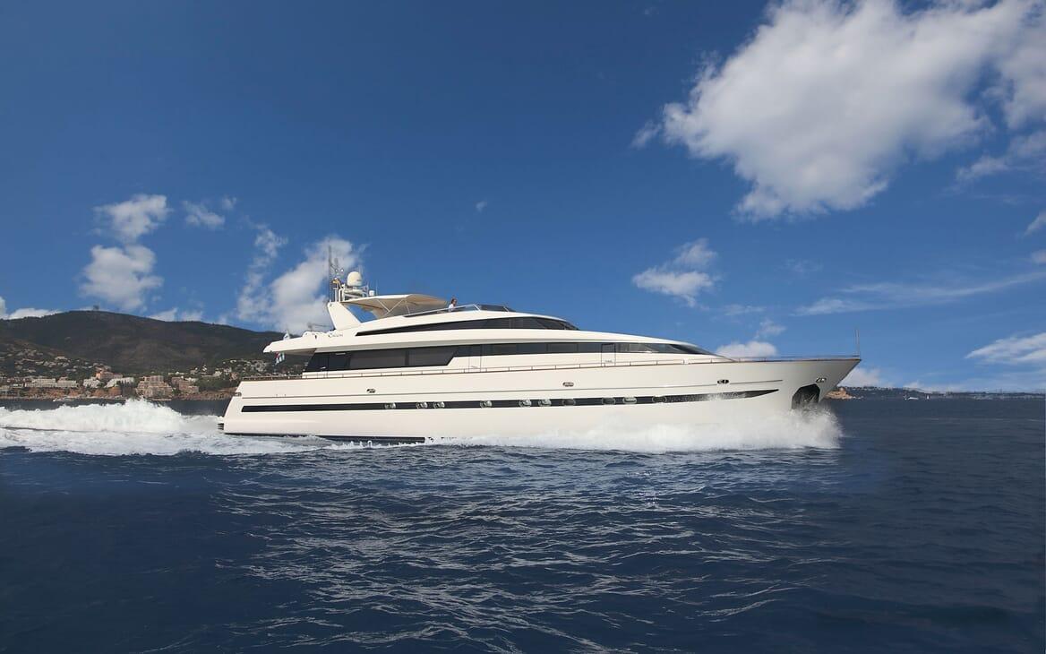 Motor Yacht Carom running shot