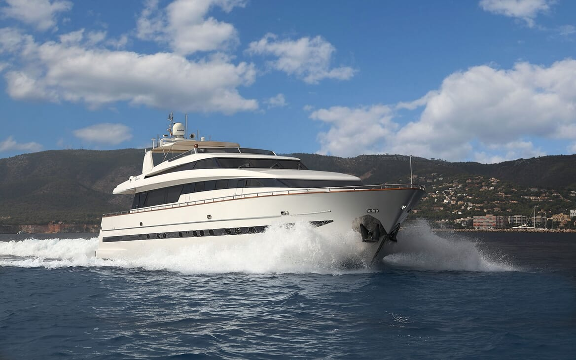 Motor Yacht Carom cruising