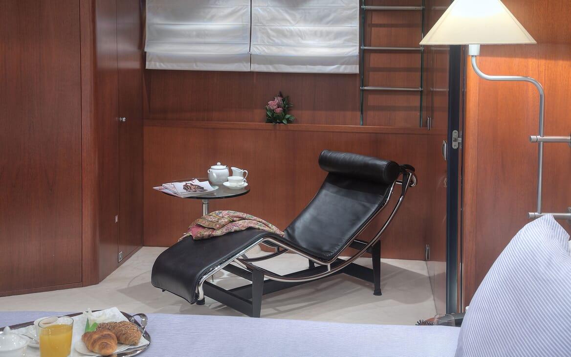 Motor Yacht Carom guest cabin