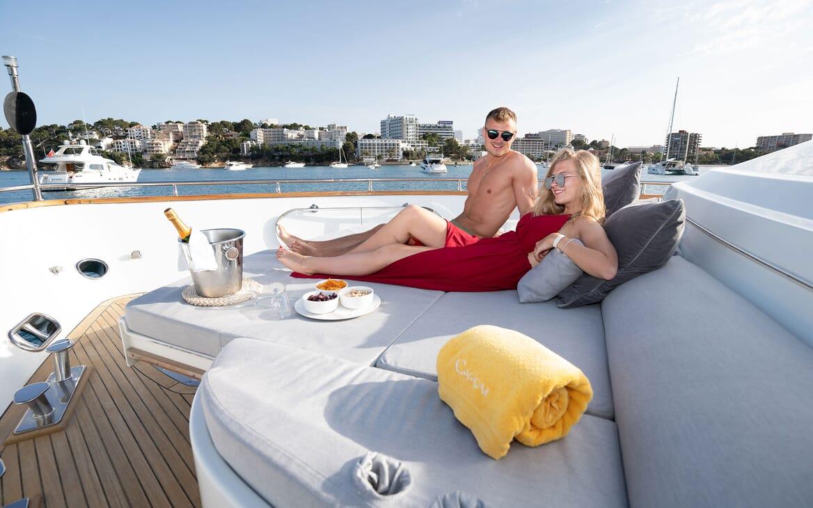 Motor Yacht Carom al fresco dining