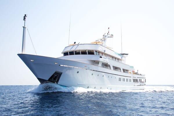 Motor Yacht ESMERALDA Profile Underway